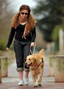 Mal-voyante avec un chien guide